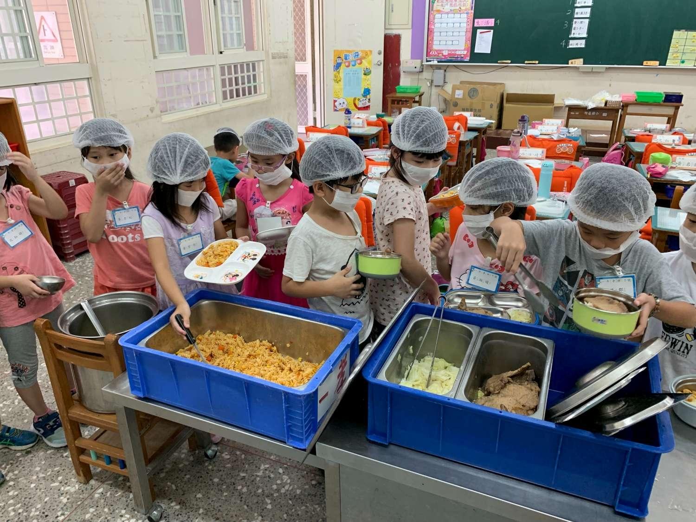 高峰國小學童享用營養午餐