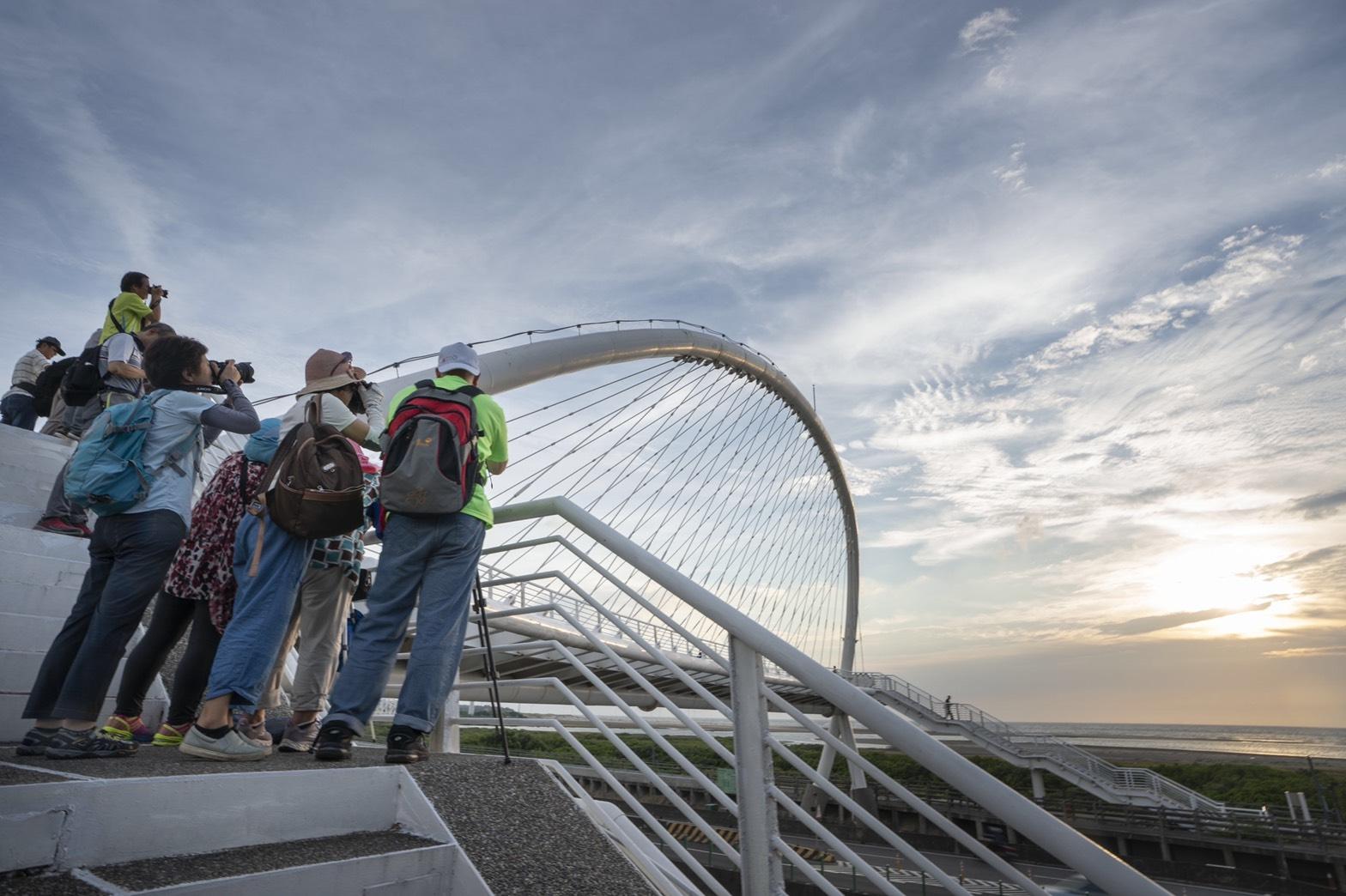 3.豎琴橋美景吸引攝影家愛好者聚集搶拍。|