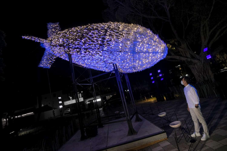 新竹市長林智堅與台灣有用主張UxU Studio作品「Big Bang」。