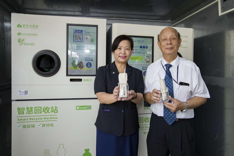 照片1副市長沈慧虹與春池玻璃董事長吳春池展示玻璃再製品(玻璃吸管、文創啤酒杯)