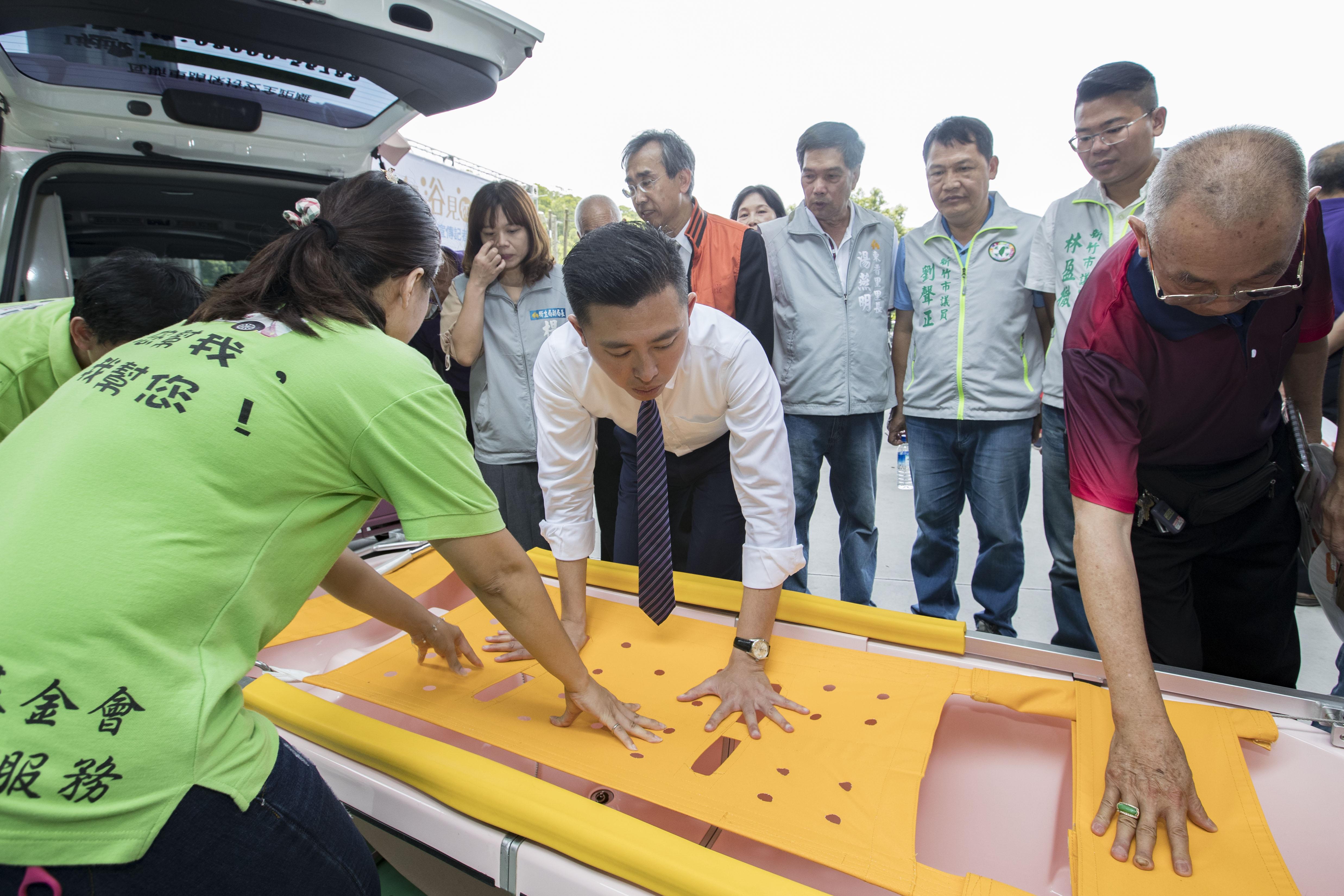 市長林智堅觀摩到宅沐浴車使用