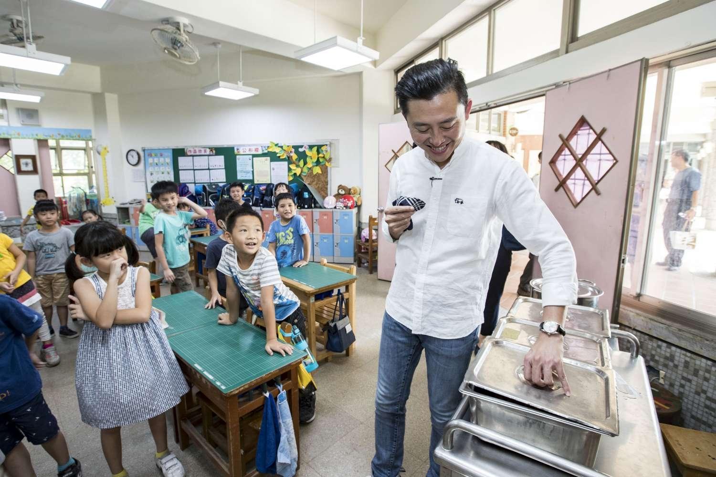 林智堅市長視察舊社國小學童用營養午餐